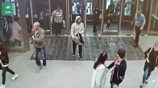 პეტერბურგში გოგონამ შუბლით ჩაამსხვრია მეტროს სადგურში შესასვლელი  შუშის კარი