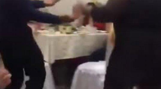 ცეკვისას გამხდარმა კაცმა მსუქანი ცოლი ვერ შეიკავა და ქალი ზედ დაეცა საბრალოს