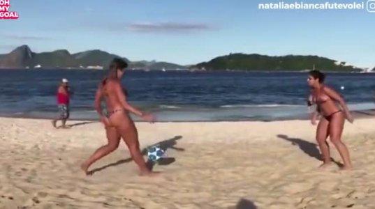 """""""კოპა გაბანას"""" სანაპიროზე გოგოები საოცრად თამაშობენ ფეხბურთს"""
