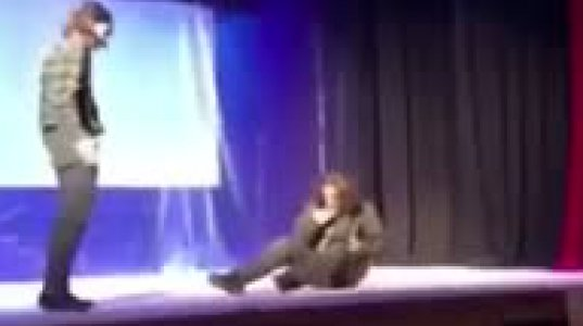 კურიოზი სცენაზე - როლში შეჭრილი ახალგაზრდები და მძიმე შედეგი (ვიდეო)
