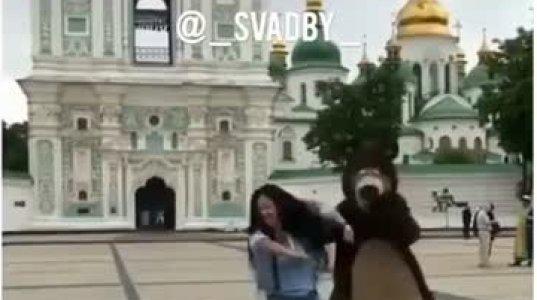 """""""დათუნია"""" არ დაიბნა და ძალზე სექსუალური გოგოს ცეკვას რიტმულად აჰყვა. ვიდეო პოზიტივი"""