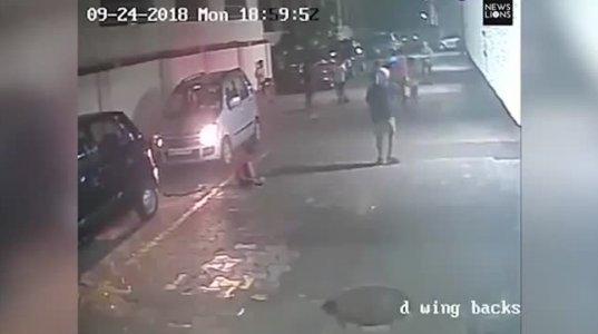 დაუჯერებელია ქალმა ბავშვს მანქანით გადაუარა, მან კი ვერც შეამჩნია