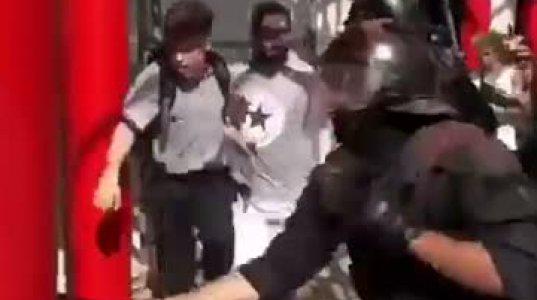 პოლიცია ახალგაზრდა ბიჭებს ხელკეტებს ურტყამს ფეხებში, გოგოებს და ასაკოვან ხალხს კი ისე ატარებს