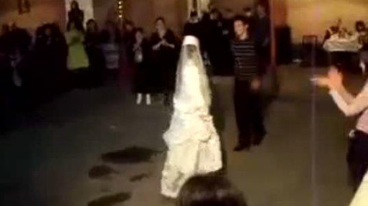საკუთარ ქორწილში პატარძალმა შლეიფიანი კაბა აიწია და ისე იცეკვა დედამთილი ალბათ შოკშია