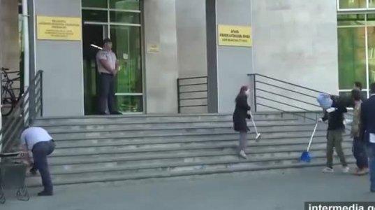 გორის მერიასთან ნაკელი მიიტანეს, რის გამოც ურნა აქციის მონაწილეს თავზე დაამხეს (ვიდეო)