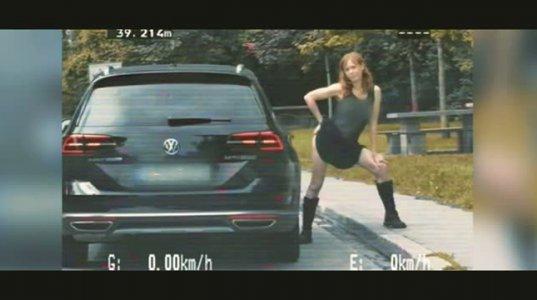 გერმანელმა მსახიობმა პოლიციელების წინ სტრიპტიზი იცეკვა