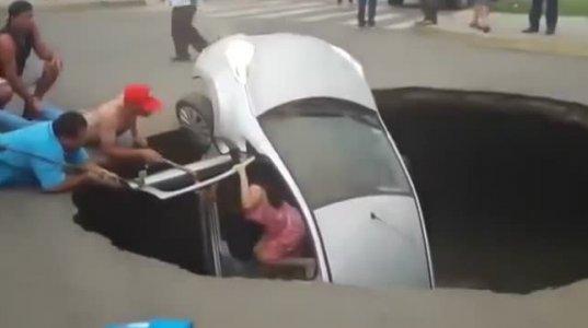 ასფალტმა ხალხით სავსე მანქანა ჩაითრია!