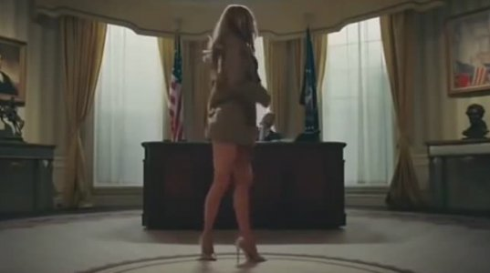 """რეპერ T. I.-ს სკანდალური ვიდეო """"შიშველ მელანია ტრამპთან"""" ერთად"""