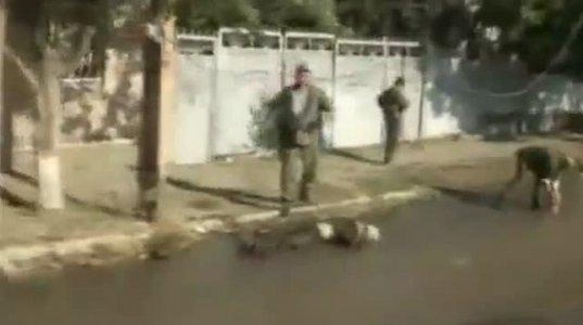 ცხინვალში  გარდაცვლილ ქართველ ჯარისკაცს წიხლებს ურტყავენ რუსები