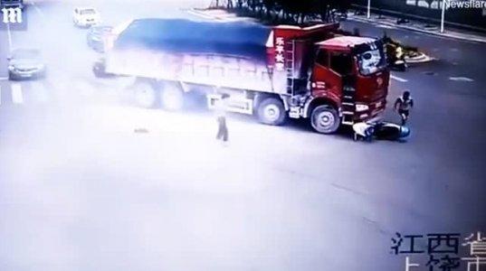 სკუტერით მოძრავი მამაკაცი ორჯერ ზედიზედ გადაურჩა სიკვდილს(ჩინეთი)