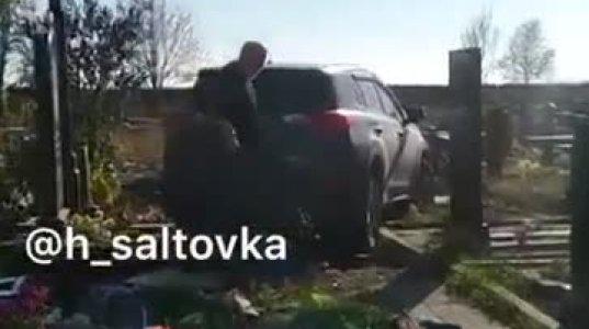 მთვრალმა მღვდელმა ჯიპით, რუსეთში ერთერთი ქალაქის სასაფლაო გაანადგურა