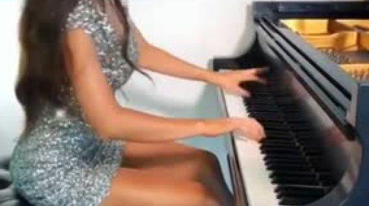 ლამაზი გოგოს ლამაზად შესრულებული მუსიკა