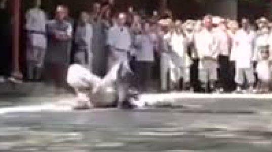 შაოლინის მონასტერში აღზრდილი ბერი საზოგადოებას დაუჯერებელ ილეთებს უჩვენებს