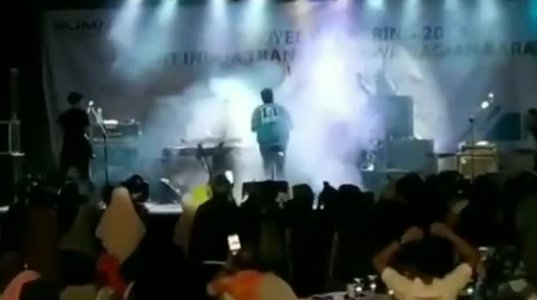 ვიდეო სადაც ცუნამმა უამრავი ადამიანი წალეკა კონცერტის დროს