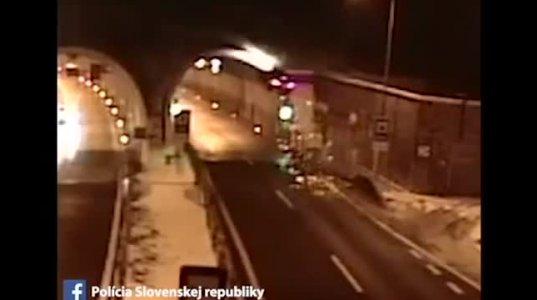 BMW-ს მძღოლი გადარჩა მას შემდეგ,რაც 2,5-ჯერ ამოყირავდა(სლოვენია)