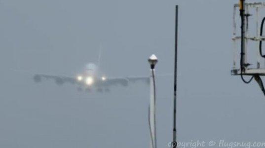 უდიდესი სამგზავრო ავიალაინიერი A320 ძლიერი ქარის პირობებში დუბაის აეროპორტში დაჯდა