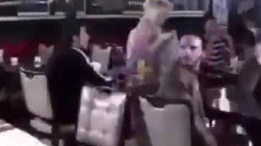 კაფედან ძმაკაცს ურეკავს: -'' შენი ქალი ვიღაც უცხო ტიპთან ზის კაფეში'