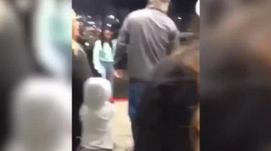 51 წლის მამაკაცმა პატარა ფერადკანიან გოგონას სახეში მუშტი გაარტყა - შემზარავი კადრები
