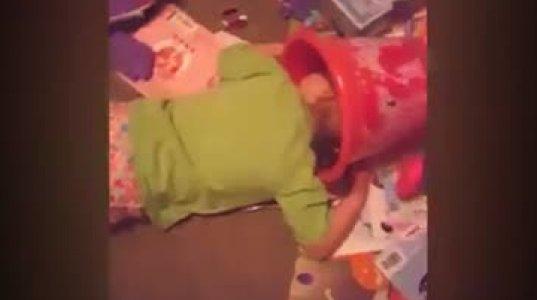 """ზესახალისო ვიდეოკოლაჟი პატარებზე, რომლებსაც სადაც მიუსწრებს """"ძილის მინისტრი"""" იქ იძინებენ"""