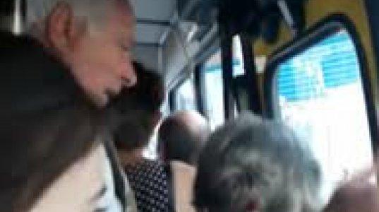 კონფლიქტი ყვითელ ავტობუსში მამაკაცს და ქალს შორის