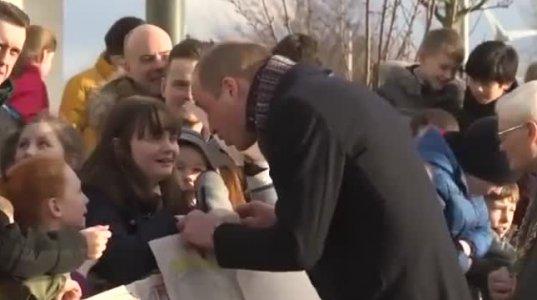 ქეით მიდლტონით მოხიბლული პატარა გოგონა ჰერცოგინიას თმაზე ეფერება - სამეფო ოჯახის სანახავად უამრავი ბავშვი გამოვიდა