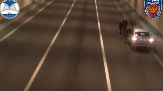 შუა გვირაბში გაჩერებული სელფის მოყვარულები კინაღამ ავტოცისტერნამ იმსხვერპლა(რუსეთი)