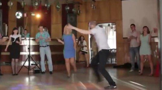 ქალის ძალიან მონდომებული ცეკვა