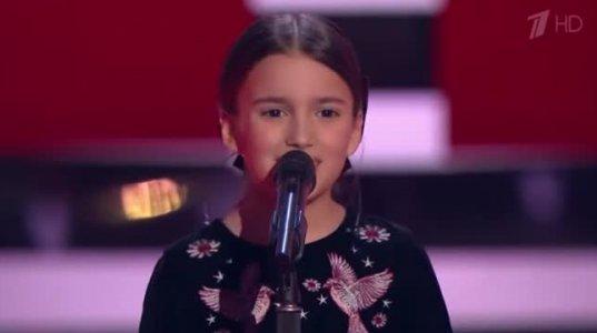 """""""საქართველო სამშობლო ჩემო"""" - რუსულ """"ვოისში"""" ქართულად ამღერებულმა 8 წლის ნინომ ჟიური რამდენიმე წუთში შემოაბრუნა, ჟიური და დარბაზი ფეხზე დგას!"""