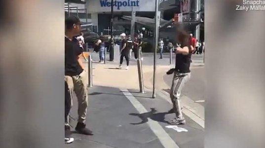 ხალხით გადაჭედილ ქუჩაში იარაღით დარბის ეს შეშლილი კაცი