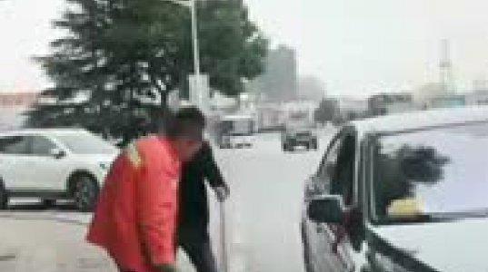 აქაც ასე უნდა მოექცე ბევრს, გამვლელმა ბიჭმა გზაზე ნაგვის დამყრელს მანქანაში ჩაუყარა ნაგავი