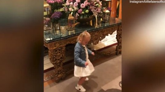 აი ეს პატარა ქალბატონი კი ნამდვილი მოცეკვავეა