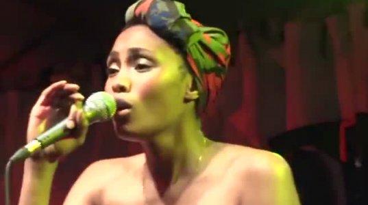 ფერადკანიანი ქალის სიმღერის შესრულებამ მაყურებლებიც აიყოლია