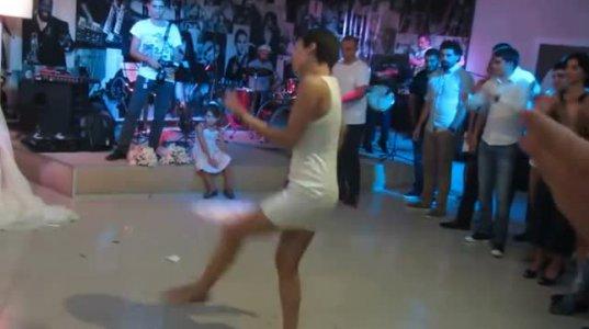 ქართველი გოგოს ცეკვა ტამტამზე