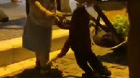 """პატარა ბიჭუნამ და ქუჩის მარიონეტულმა თოჯინამ ერთმანეთს """"გაუგეს"""""""