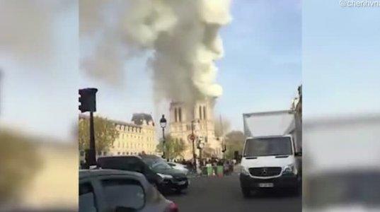 პარიზის ღვთისმშობლის ტაძარი იწვის