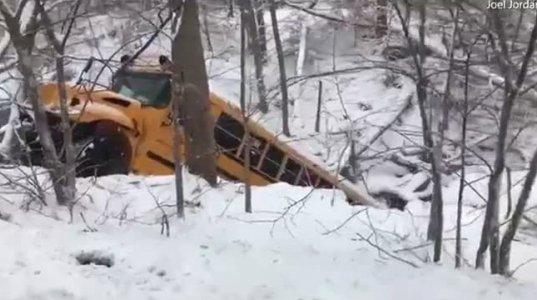 სასკოლო ავტობუსი ხევში გადავარდა - კადრები შემთხვევის ადგილიდან