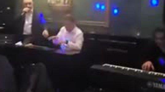 ნახეთ როგორ მღერის გოგიტა გოგიძე ამერიკის ერთ-ერთ რესტორანში
