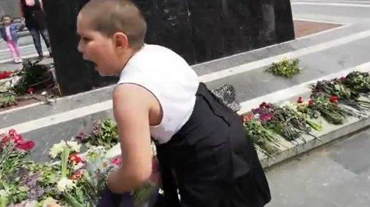 ზნედაცემულობის პიკი, ყვავილით მოვაჭრეებმა უცნობი ჯარისკაცის მემორიალიდან ყვავილები წაიღეს