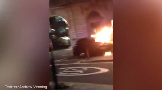 ცეცხლში გახვეული მანქანა ლონდონის ცენტრში