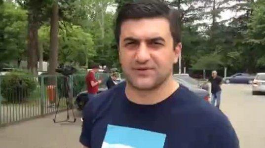 """""""მიშას"""" პაროდისტი ქართლოს ნატროშვილი ზუგდიდში არჩევნებს აკვირდება (ვიდეო)"""
