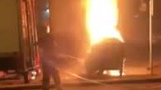 ვაკეში ნაგვის ურნას ცეცხლი წაუკიდეს - შუა ქუჩაში დიდი კოცონი ანთია (თვითმხილველის ვიდეო)