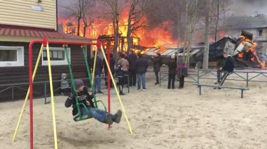 ბიჭი საქანელაზე არხეინად ქანაობს,უკან კი ხანძარი მძვინვარებს(რუსეთი)