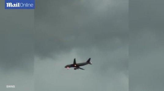 შოკისმომგვრელი ვიდეო- რა ემაფრთება თვითმფრინავს ძლიერი ჭექა ქუხილის დროს