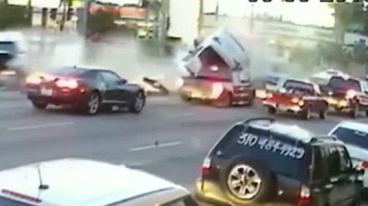 უბრალოდ ნახეთ ავარიამ რამდენი მანქანა და ადამიანი შეიწირა შუქნიშანზე