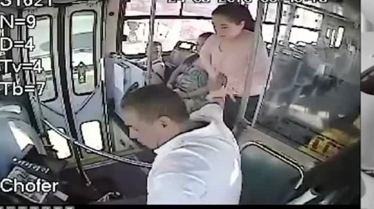 ქალი ნახეთ როგორ ცემს ავტობუსის მძღოლს