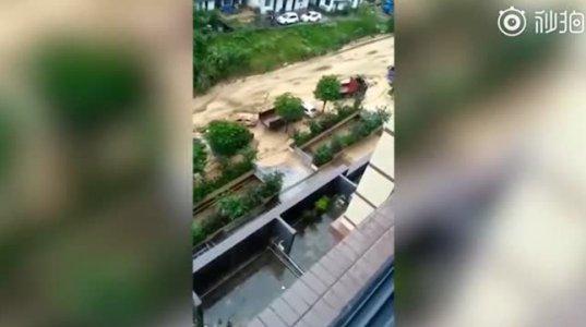 უსაშინლესი კადრები ჩინეთიდან, სადაც წყალდიდობის შედეგად მთები ჩამოინგრა