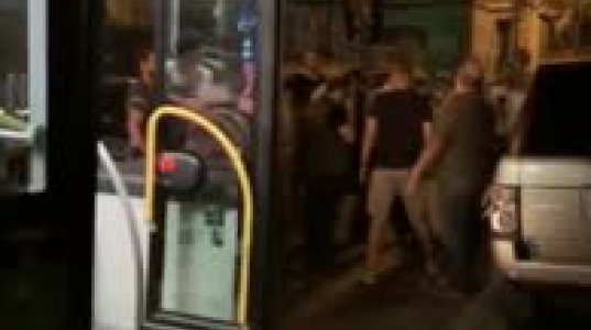 თბილისში ავტობუსის მგზავრებმა შუა გზაზე გაჩხერილი ჯიპი გზიდან გადაათრიეს
