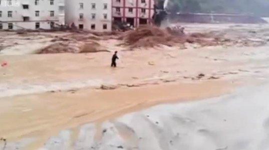 წყალდიდობის დროს როგორ წაიღო წყალმა ჩინეთში მრავალასთულიანი სახლები (2013)