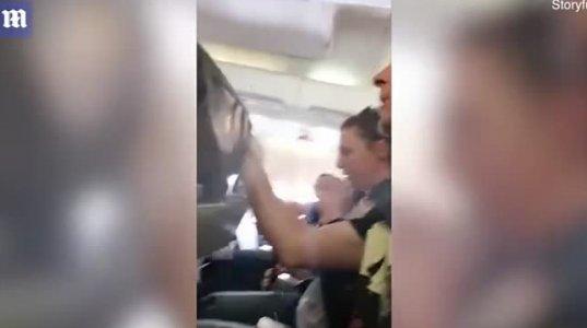 საწყალი ქალის რეაქცია ნახეთ ტურბულენტურ ზონაში ფრენისას