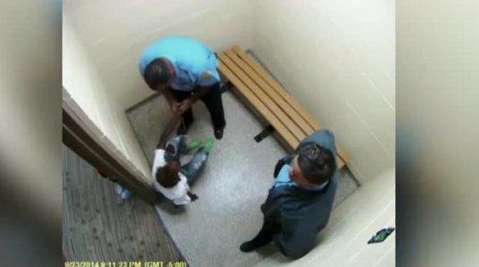 გამაოგნებელი კადრები, როგორ ცემს 16 წლის გოგონას პოლიციის ოფიცერი